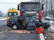 Vážná dopravní nehoda si na hlavní silnici mezi Chebem a Aší nedaleko čerpací stanice Agip vyžádala jeden lidský život. Ten vyhasl při střetu nákladního vozu s osobním, který při vjíždění na hlavní silnici nedal přednost.