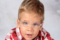 MATYÁŠEK ve svých téměř třech letech ještě ani neleze. Pomohla by mu speciální léčba.