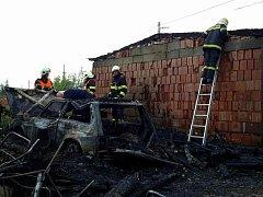 Pět jednotek hasičů zasahovalo o požáru dřevěné přístavby u rodinného domu v Lubech.  Hořet zde začalo v úterý dopoledne a oheň zničil přístavbu i osobní auto, které v ní bylo zaparkované. Plameny pak poškodily také vedle stojící maringotku a elektrické a
