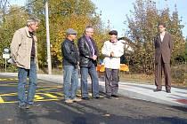 ZASTUPITELÉ Karlovarského kraje a obce Hranice přestřihávali slavnostně pásku na opravené komunikaci pod bedlivým dohledem dopravního policisty.