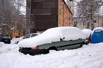 Ašská radnice se rozhodla rázně zatočit s vraky, které brání provozu v Aši. Nechá je odtáhnout. Majitelé zmíněných aut mají dva měsíce na to, aby se postarali o jejich odstranění sami, jinak musí do Ostrova nad Ohří.