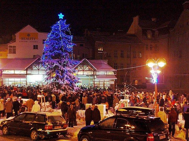 Vánoční strom v Aši se poprvé rozsvítil na Poštovním náměstí.