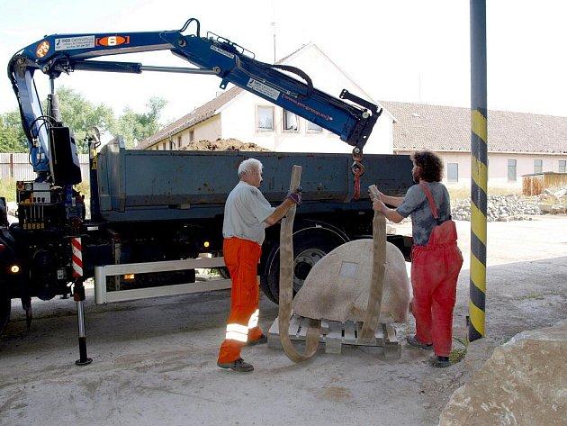 Dílo Jiřího Černého odvezlo ve čtvrtek (30. července) nákladní vozidlo k cyklostezce.