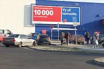 PŘED OBCHODNÍMI DOMY V CHEBU stálo včera přibližně tolik aut, co v jiný pracovní den. Například do Tesca neproudily žádné davy lidí lačnících po zlevněném zboží.