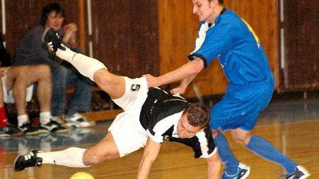 Semifinálový souboj mezi Kuchyňským studiem DM a Carvacem Aš přinesl i tento nefotbalový moment letícího Nováka.