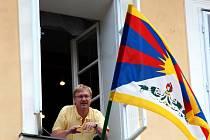 Chebský starosta Jan Svoboda právě vyvěsil tibetskou vlajku
