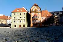 PODNIKATELÉ na chebském náměstí Krále Jiřího z Poděbrad si stěžují na čím dál větší přítomnost bezdomovců. Nejvíce jich bývá okolo Špalíčku.