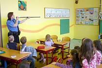 Strážníci seznamují děti se svou prací.
