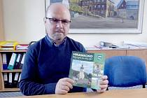 Starosta Hranic Miroslav Picka s brožurou o regionu.