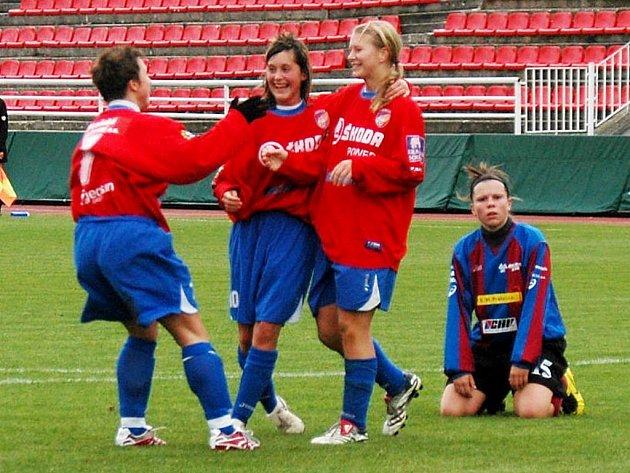 Fotbalistky Viktorie Plzeň (v červených dresech) remizovaly v sobotu doma s pražskou Slavií 1:1.