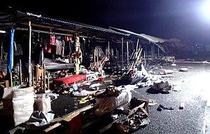 Požár zničil stánky v tržnici u Chebu