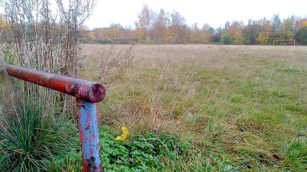 POZEMEK U SPORTOVNÍHO HŘIŠTĚ Lokomotiva má zhruba dva hektary. Město Cheb ho chce směnit se státem.