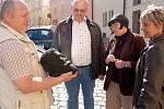 POTÁPĚČ JAN DRŽMÍŠEK, ředitel Muzea Cheb Roman Procházka, etnografka Iva Votroubková a potápěčka Dáša Pokorná (zleva) si u chebského muzea prohlíželi hlavu Rolandovy sochy. Tu našli potápěči v řece Ohři pod chebským hradem.