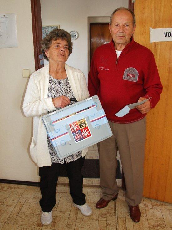 K nemobilním občanům došli členové komise Ivana Jurčíková s Jiřím Čapkem.