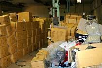Celníci objevili při prohlídce jedné budovy v Chebu prostory zařízené na výrobu padělků textilních výrobků.
