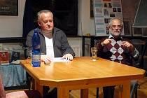 THEOLOG  IVAN ŠTAMPACH s tlumočníkem při diskuzním večeru na Letní akademické škole Evropského Comenia (EC) v Chebu.