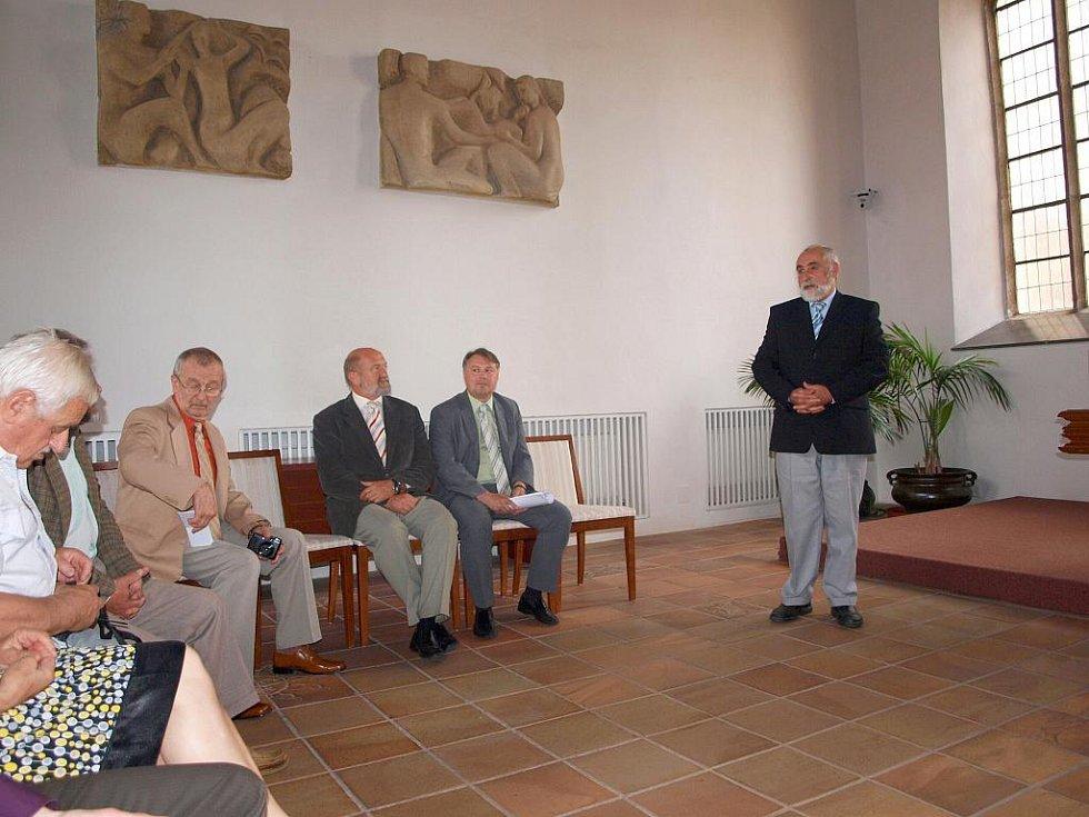 Dva roky připravoval František Hromada knihu o chebském divadelnictví, jehož  historie sahá až do středověku. Téměř pětisetstránková česko–německá kniha byla v pondělí v obřadní síni chebské radnice pokřtěna.