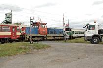 ŽELEZNIČNÍ PŘEJEZD v Hradišti u Chebu byl v pátek několik hodin bez výstrahy. Vlaky zde musely projíždět pomalu.