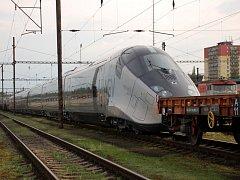 Na chebském nádraží byla k vidění souprava nového francouzského rychlovlaku Alstom AGV