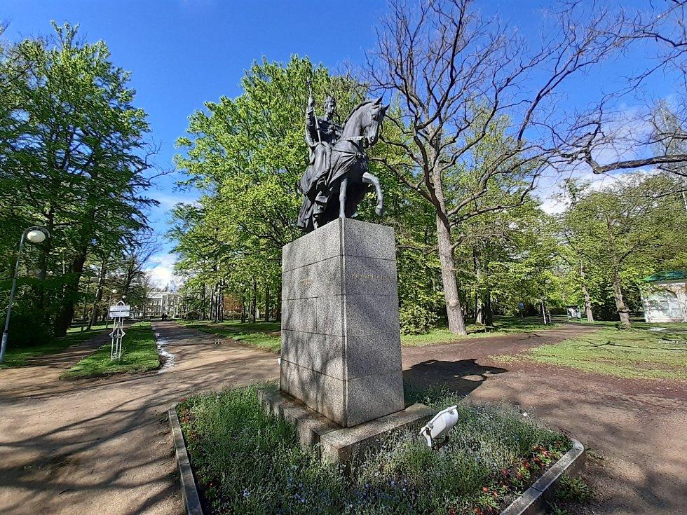 Jezdeckou sochu císaře Františka I., po kterém nesou Františkovy Lázně své jméno a který je považován za jejich zakladatele, najdete v lázeňském parku.