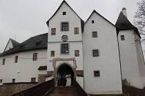 Hrady a zámky v Karlovarském kraji se postupně otevírají veřejnosti. Jedním z prvních hradů, který letos pro turisty otevřel své brány, byl hrad Seeberg u Františkových Lázní.