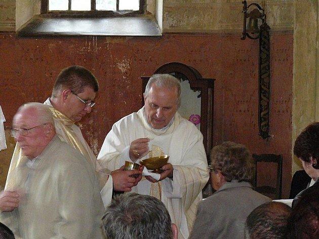 Kostel v Lomničce u Plesné navštívil plzeňský biskup František Radkovský.  Konala se zde islavnostní mše a textilní výstava