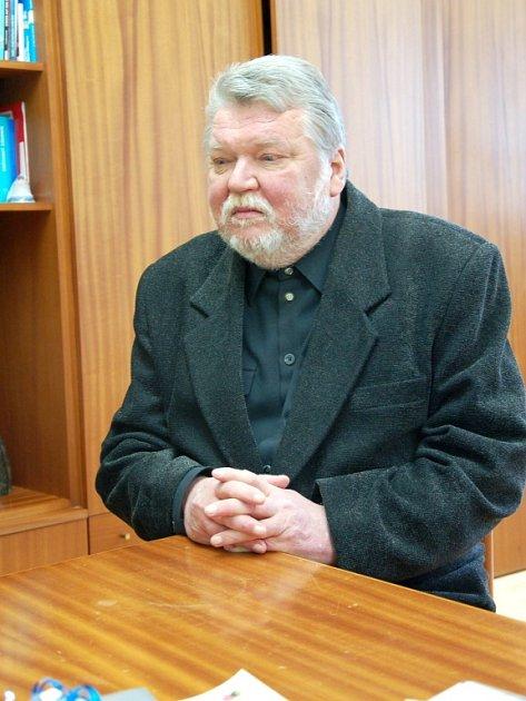 ZATÍM POSLEDNÍ KNIHA Stanislava Wintra nese název Úlohy a hádanky pro kamarády.