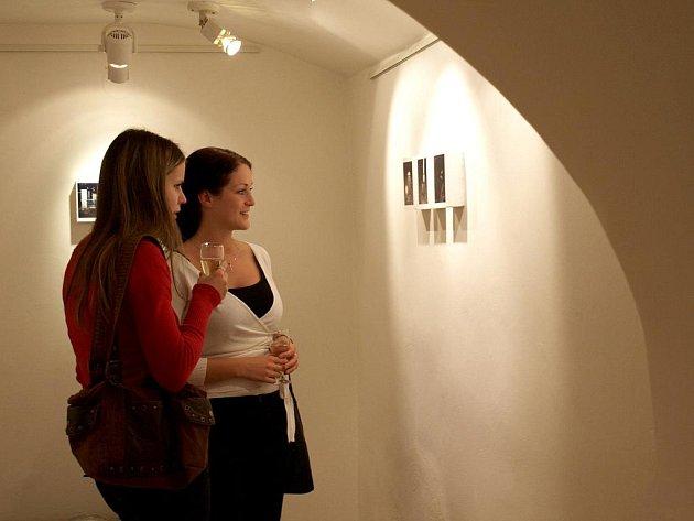 V Galerii 4 jsou k vidění snímky absolventů bakalářského programu Katedry fotografie FAMU.