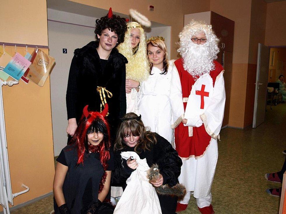 Mikuláš s čertem a andělem navštívili i chebskou nemocnici.