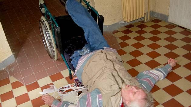 Jaroslav Nedorostek před nedávnem upadl ze svého invalidního vozíku. Nyní má radost, že město opět zprovoznilo výtah v jeho domě.