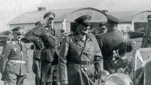 Herman Goering na inspekci chebského letiště