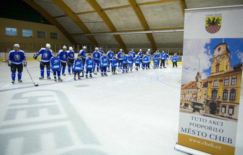 Na zimním stadionu v Chebu se představili zkušení hokejoví harcovníci, ale i hokejové naděje