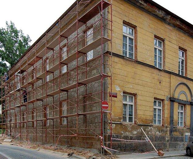 Práce na opravě fasády chebské fary už začaly