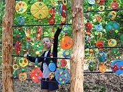 Díky školákům se část lesa u chebské vyhlídky Egerwarte stala místem, které je galerií v přírodě, a láká tak lidi k návštěvě.  Bohužel se našli vandalové, kteří díla poničili.
