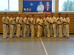 Instruktoři a trenéři, kteří se účastnili víkendového soustředění Shinkyokushinkai karate v Mariánských Lázních.