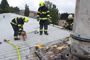 Při požáru lakovny se nadýchalo kouře pět lidí