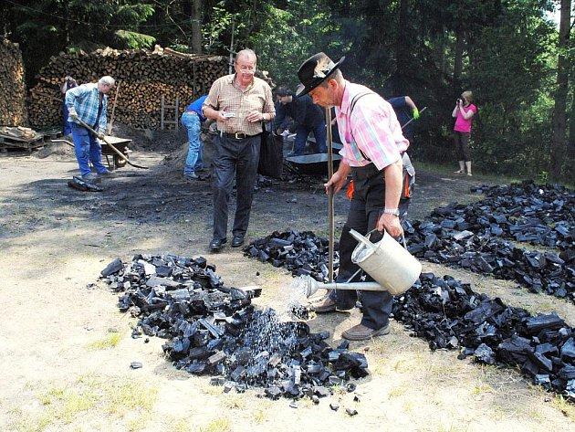 Letošní dřevěné uhlí se ve Vernéřově muselo nejprve nechat pořádně vychladit. Lidé ještě dostanou příležitost si jej zakoupit. Je výborné na grilování.
