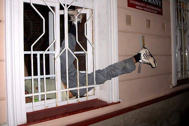 Tři hodiny vydržel zloděj zaklíněný za mříží, než začal zoufale volat o pomoc