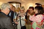 FOTOGRAF Robert Vano nestačil v chebské Galerii 4 rozdávat podpisy návštěvníkům.