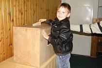 Pepíček přišel do volební místnosti s tatínkem a vhazování  lístků si prý užil.