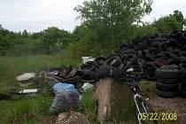 Po stovkách pneumatik z černé skládky u Slapan se slehla zem. Nikdo neví, kdo celou lokalitu uklidil.