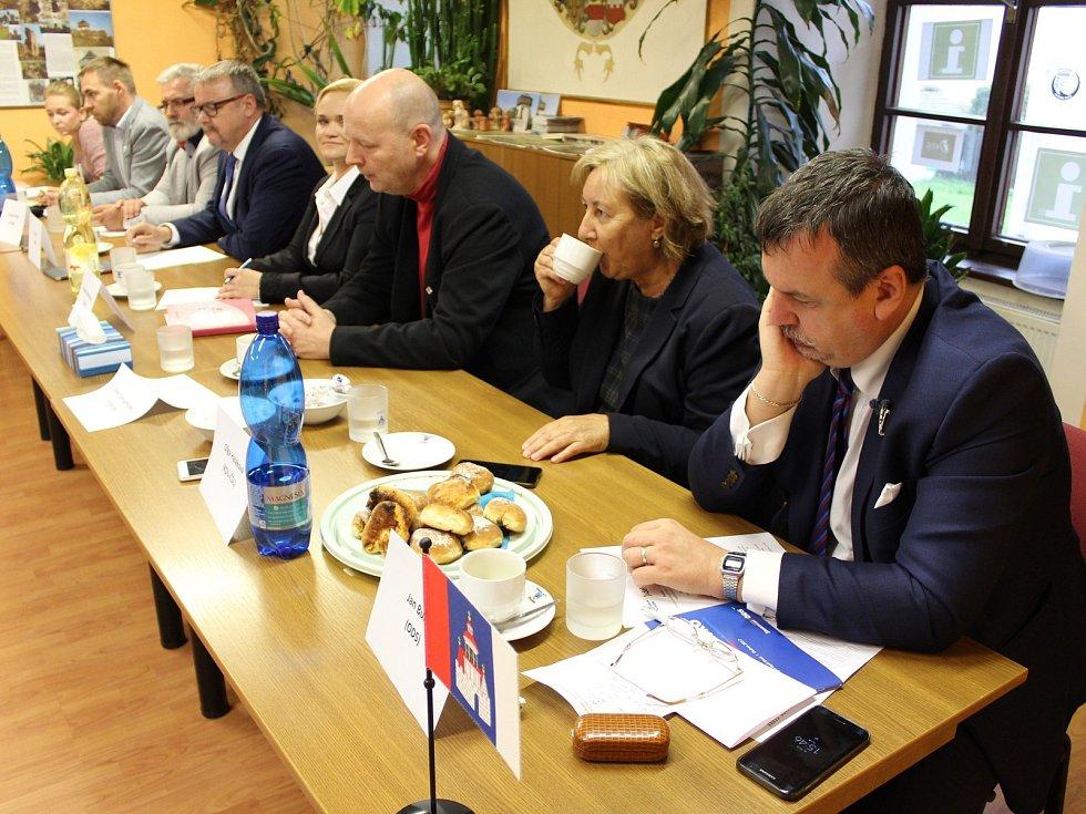 Své názory prezentovali lídři stran a hnutí kandidujících v Karlovarském kraji před veřejností v Bochově. A jak je publikum hodnotilo? Z průzkumu Deníku vyplynulo, že nejvíce zaujali Petr Zahradníček (TOP 09), Olga Haláková (KDU-ČSL) a Jan Bureš (ODS).