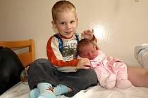 MICHAELA KASTLOVÁ přišla na svět ve středu 8. října ve 12.45 hodin. Při narození vážila  2860 gramů a měřila 47 centimetrů. Stejnou váhu a míru měl při narození tříletý bráška Kubík, prozradil tatínek Filip a maminka Jarmila.