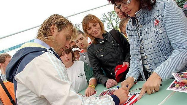 Fotbalista Pavel Nedvěd rozdával ve Skalné autogramy.