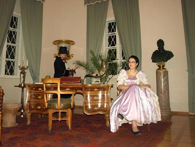 NOČNÍ PROHLÍDKY na zámku Kynžvart jsou mezi návštěvníky velmi oblíbené. Průvodci při nich v dobových kostýmech nechají nahlédnout do života těch, kteří zámkem prošli.