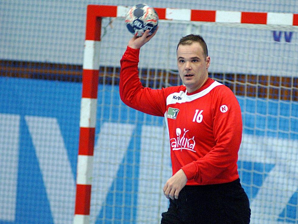 Házenkáři Lovosic (v bílém) si to v semifinále Českého Poháru rozdali s Karvinou.