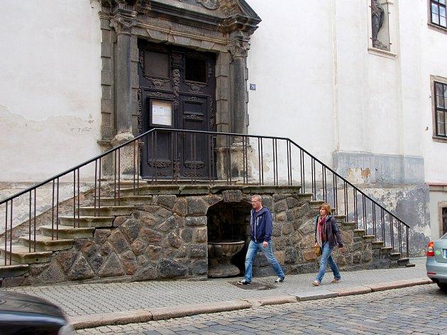 NADAČNÍ FOND HISTORICKÝ CHEB si už vytipoval další památku, která by se mohla dočkat obnovy. Jedná se o kamennou kašnu pod schody kostela sv. Václava v Kamenné ulici.