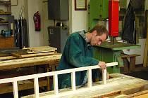 Všude to tu voní. Dřevem, lakem, kovem. Jsme v truhlářské dílně.