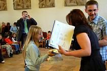 Z rukou představitelů Ekocentra převzaly děti na chebské radnici ocenění