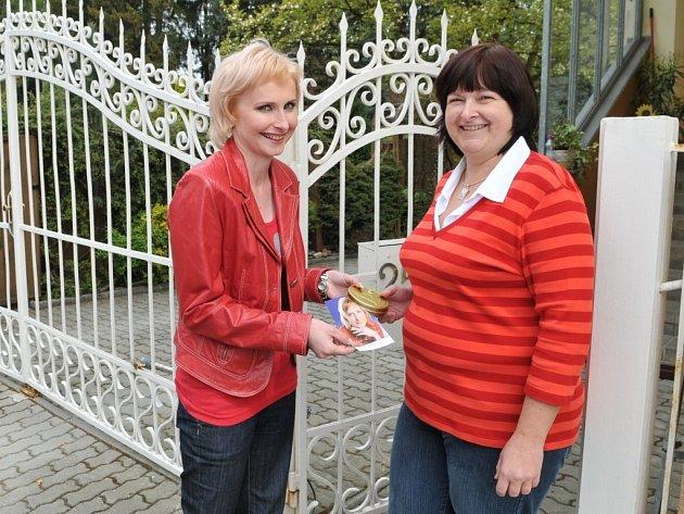 Na snímku předává Konečná (vlevo) sladkou evropskou minci Růženě Vaňkové v mariánskolázeňské Palackého ulici.